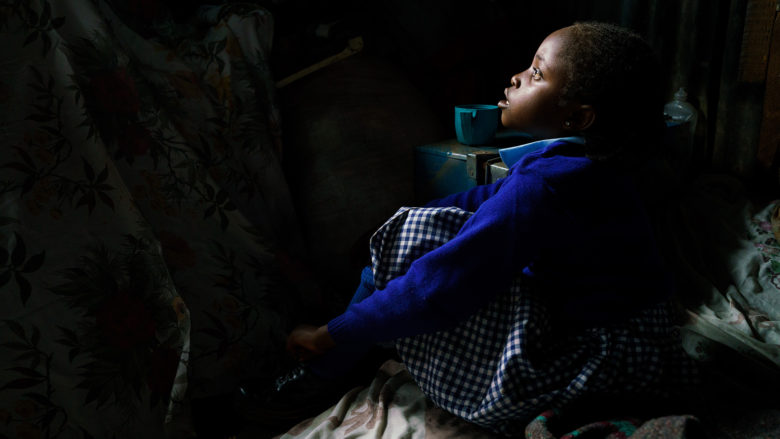 Kenialainen Purity katsoo ikkunasta. Hänen haaveensa koulusta on käynyt toteen.