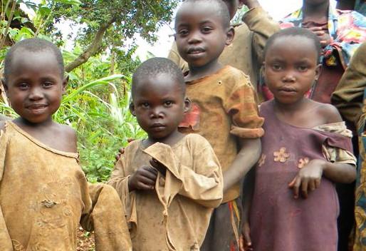 Syrjityn batwa-heimon lapset elävät vailla mahdollisuuksia koulunkäyntiin ja terveydenhoitoon.