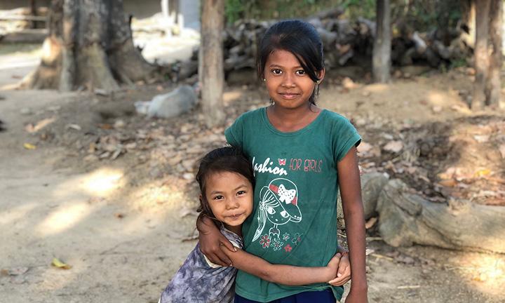 Nepalilaissisarukset halaavat toisiaan.