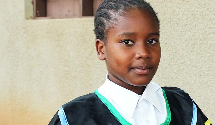 Tansanialainen 12-vuotias Jema Erasto katsoo ylpeänä kameraan. Hän johtaa puhemiehenä Lasten parlamenttia, jonka Fida perusti ajamaan lasten asioita.