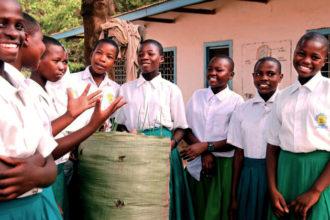 Itä-Afrikan maita koettelee kova kuivuus. Tansaniassa Fida on opettanut vettä säästävää säkkiviljelyä.