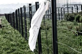 Rauha vaatii joskus nöyrtymistä, käsien ylös nostamista ja valkoisen lipun heiluttamista.