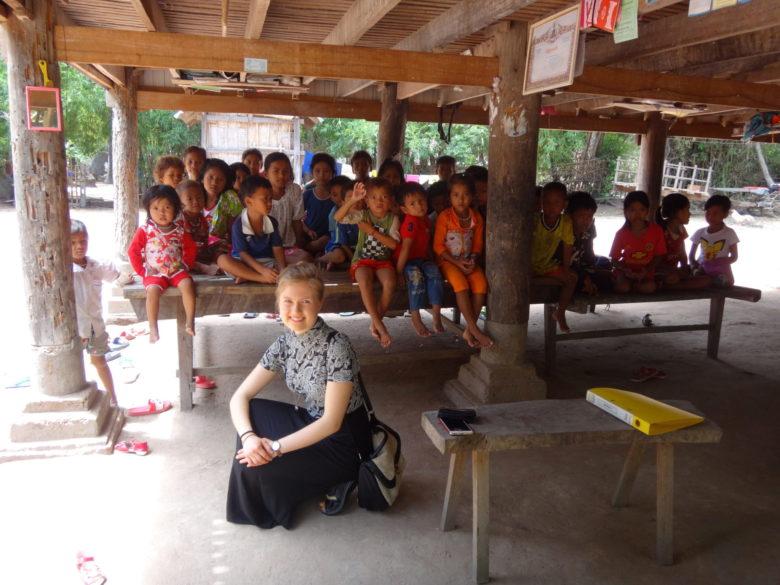 Eveliina ja lapset tapasivat kambodzalaiskylässä.