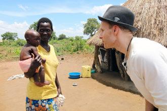 Mikko Kekäläinen tutustui Ugandassa Nenäpäivä-varoilla tuettavaan työhön entisten lapsisotilaiden auttamiseksi.
