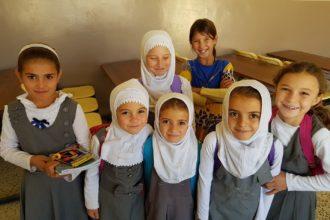 Mosulin lähellä sijaitsevan Gazakhanin kylän koululaiset iloitsevat siitä, että pääsevät takaisin kouluun