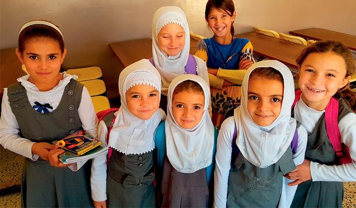 Eväät elämään 2018 irakilaiset tytöt hymyilevät turvallisessa koululuokassa