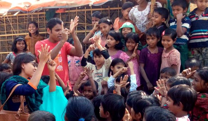 Avustustiimi järjestää rohingya-lapsille pakolaisleirillä leikkihetkiä.