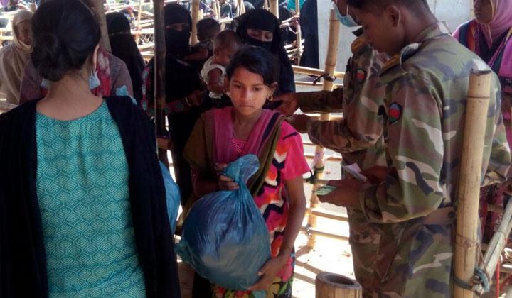 Fidan kumppani on jakanut avustuspaketteja rohingya-pakolaisille viime syksystä lähtien.