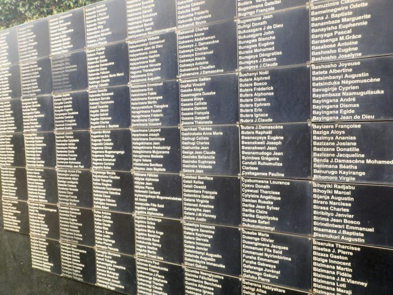 Ruanda: kansanmurhan muistomerkkiin on kaiverrettu uhrien nimiä