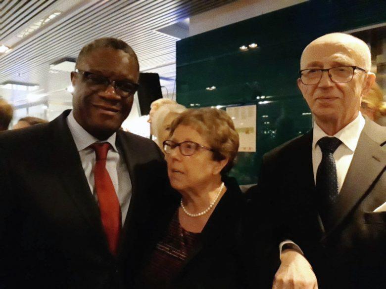 Denis Mukwege sekä Mirja ja Veikko Reinikainen Nobel-juhlassa Tukholmassa joulukuussa 2018.
