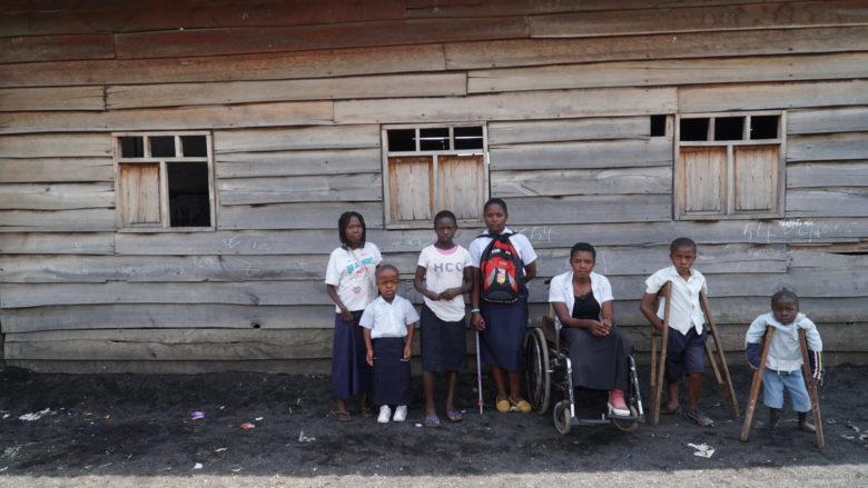 Tässä koulussa Kongossa vammaisten lasten mukaan tulo on ollut suuri ilo ja lahja. Asenteet muuttuvat vähitellen. Vammaisuus ei olekaan häpeä tai kirous, vaan osa elämää.