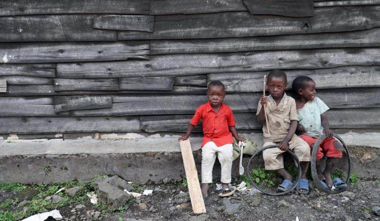Lapset leikkivät koulun pihalla Kongossa