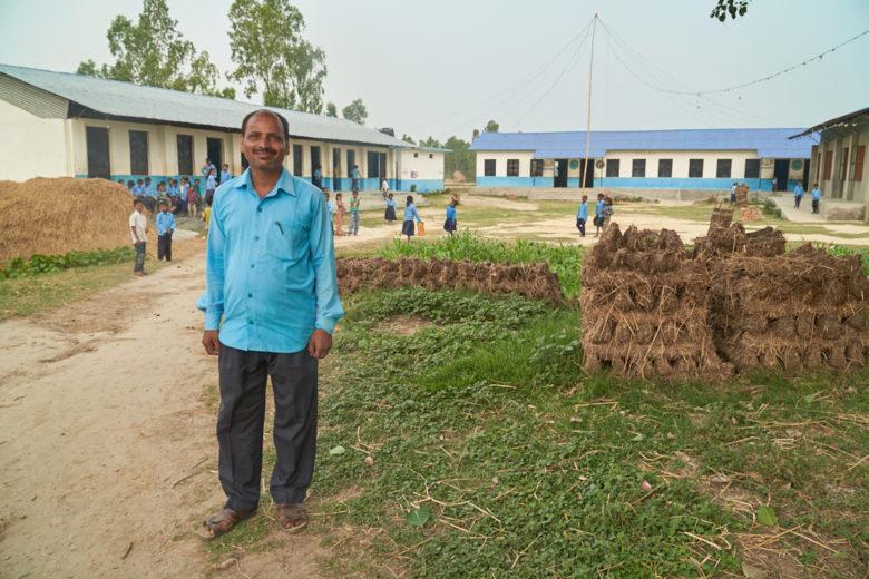 Rehtori Kishun Dev Mahato voi olla ylpeä koulustaan! Jokainen Ramgopalpurin kylän lapsista käy koulua. Vielä alle vuosikymmen sitten suurin osa lapsista jäi kotiin. Kishun Dev on itse tärkeä roolimalli lapsille: köyhän perheen poika suoritti koulun ja yliopiston. Nyt hän on arvostetun mallikoulun rehtori.