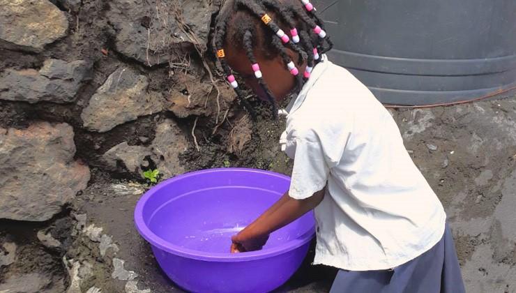 Ebolaa ehkäistään ahkeralla hygienialla. Koulutyttö pesee käsiään välitunnin pääätteeksi Goman kaupungissa Kongossa.