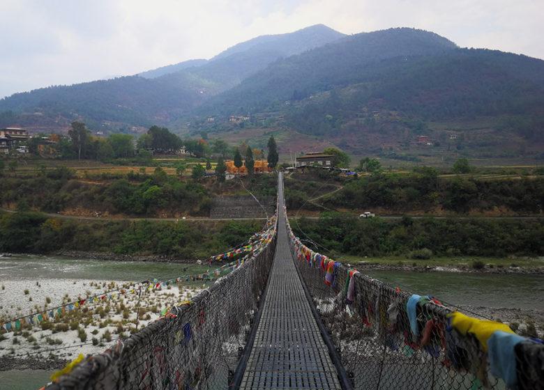 Vuoristoisessa ja vaikeakulkuisessa maassa tie saattaa kulkea riippusillan yli.