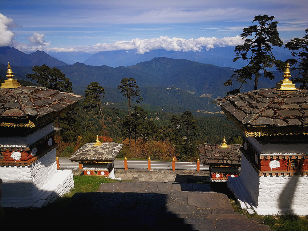 Bhutan on silmiä hivelevän kaunis maa. Upeat vuoristot ovat vaikeakulkuisia.