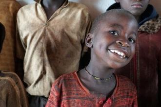 Fida ohjaa tukea työhön batwojen parissa Burundissa.