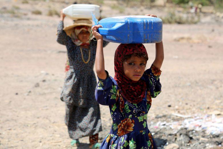 Lapset kantavat vettä pakolaisasutuksessa Taizin kaupungissa Jemenissä. KUVA: Abdulnasser Alseddik/Anadolu Agency/Getty Images