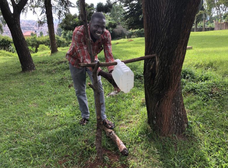 Ugandassa Fida mm. ohjeistaa ihmisiä tekemään kuvassa näkyviä, edullisesti ja helposti rakennettavia käsienpesupisteitä koronan leviämisen ehkäisemiseksi.
