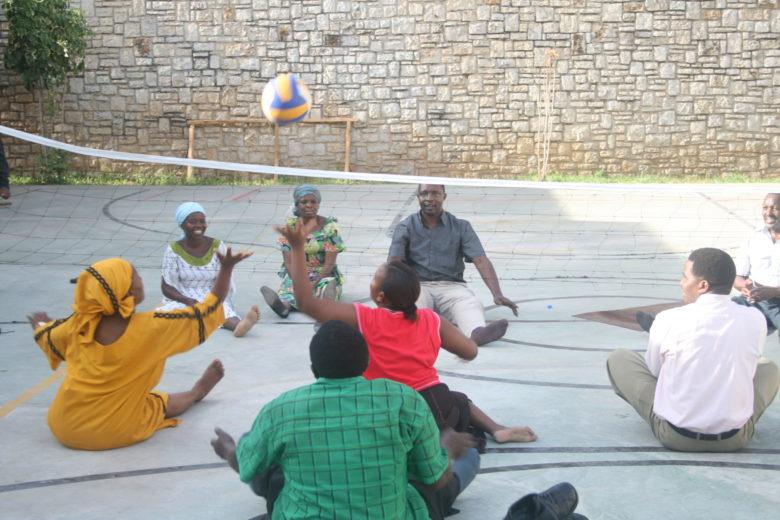 Tangan vammaiskoulutuksessa opittiin eri keinoin huomioimaan vammaiset. Teemana oli Kirkko kuuluu kaikille.