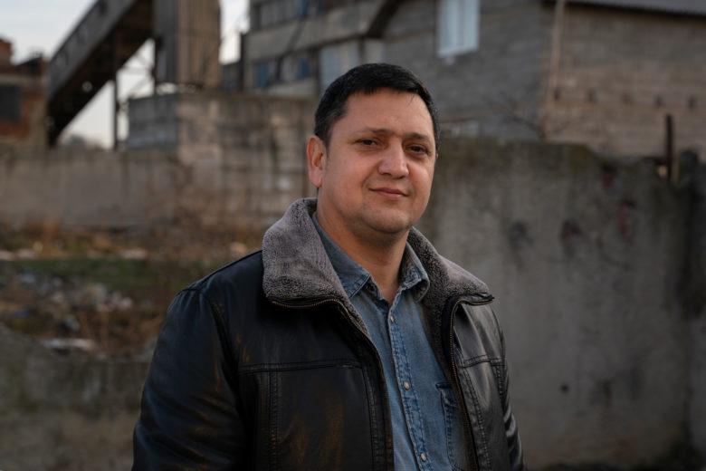 Pastori Sergei Latsko johtaa pientä romaniseurakuntaa.