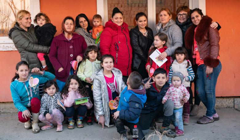 Unkarissa sijaitsevan Kholmokin kylän naistenpiirin ryhmäkuvassa on iloinen tunnelma.