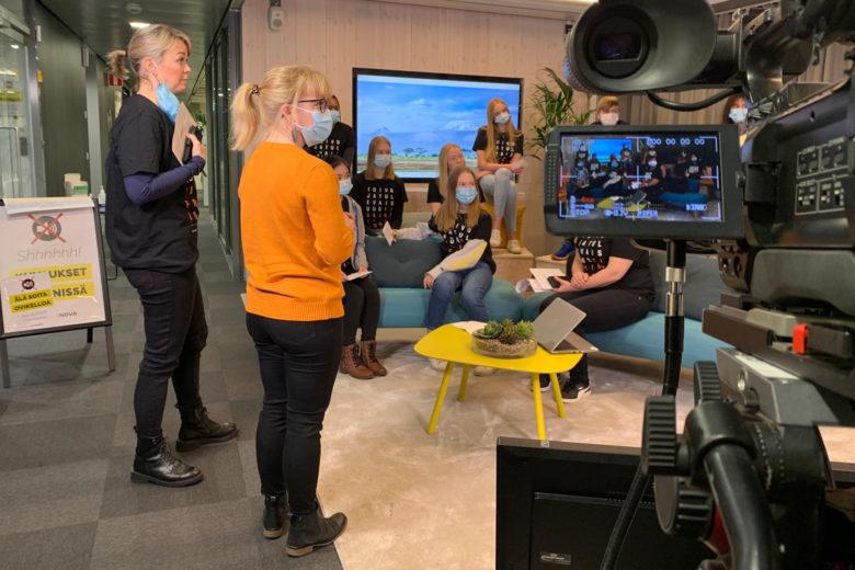 Mervi Salminen antaa viime hetken ohjeistuksen oppilailleen. Vieressä Fidan vaikuttamistyön asiantuntija Katja Köykkä.