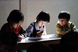 Myanmarilaisia lapsia koulussa.