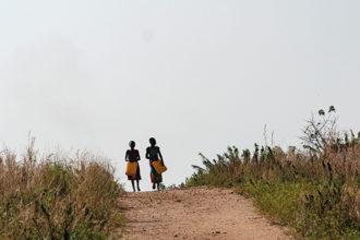 Kaksi lasta hakemassa vettä.