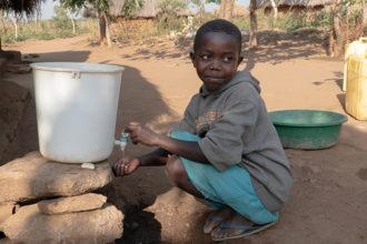 Poika ottaa vettä.
