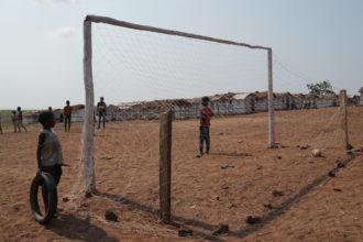 Lapsia jalkapallokentällä Kongon Demokraattisessa tasavallassa.