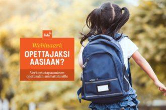 Tummatukkainen tyttö sininen koulureppu selässä seisoo selin kameraan.