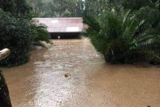 Talo on kattoaan myöten veden peitossa